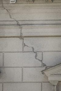 Spricka som löper i 45 graders vinkel från ett fönster