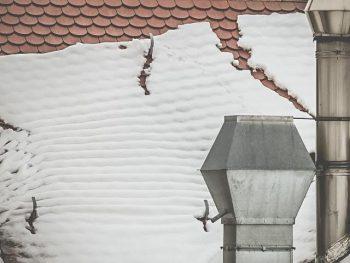 Snöras från tak