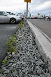 Grus mellan asfalt och kantsten