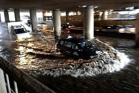Bil i översvämning