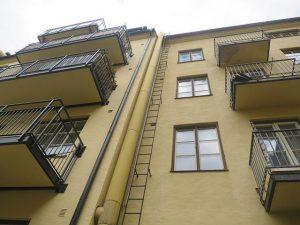 Livsfarlig stege på hög fasad