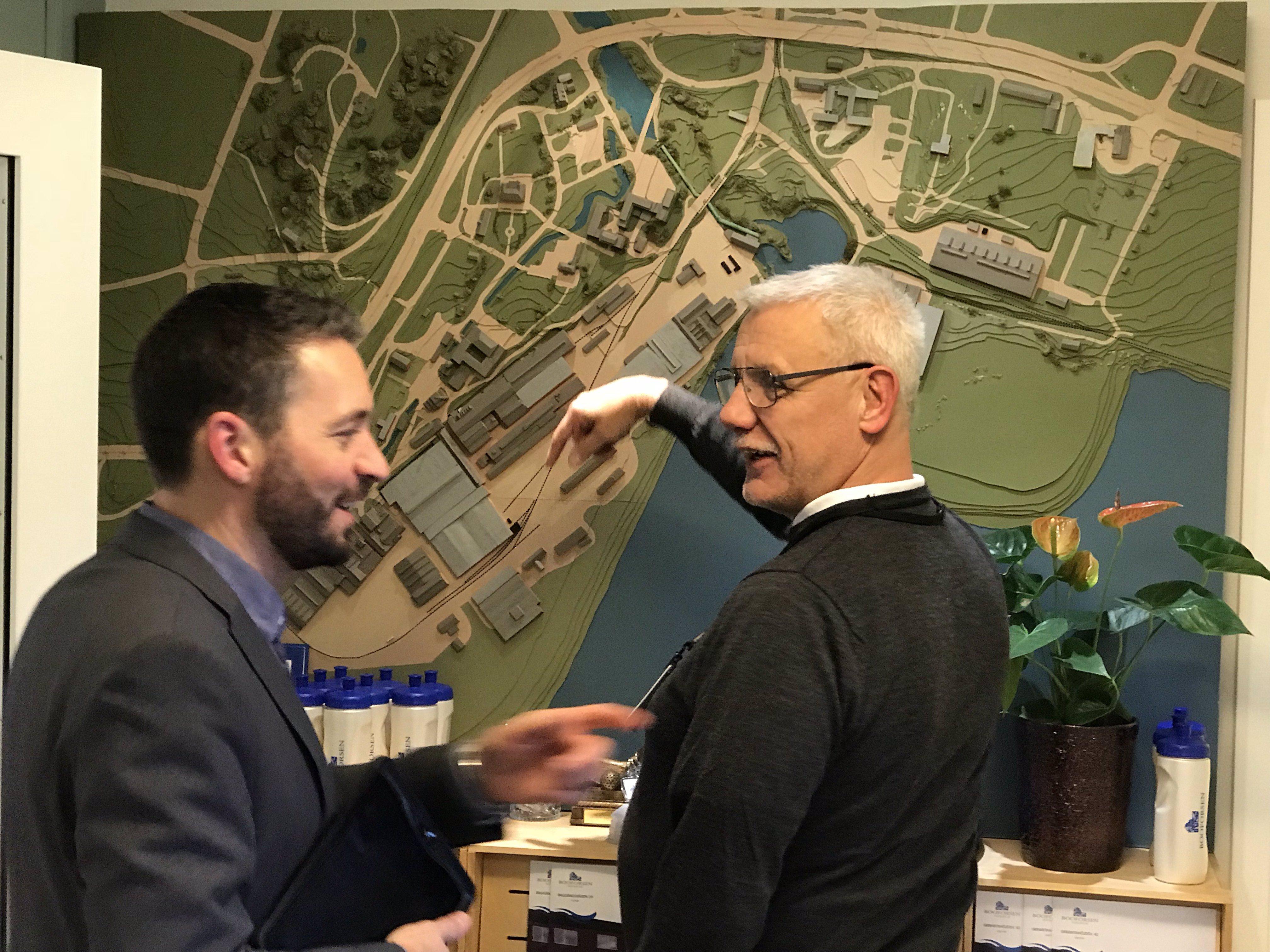 Andreas Engberg och Lars Dahlström framför en karta