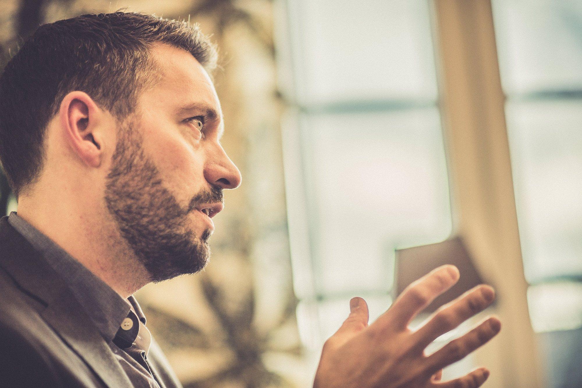 Byggkonsult Andreas Engberg förklarar och gestikulerar
