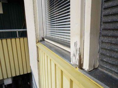 Fönster som är rötskadat i karmarnas nedre delar